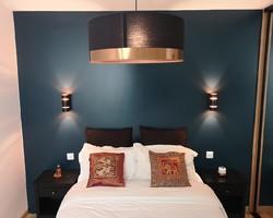 Aménagement d'une chambre avec dressing sur mesure Mur bleu ,parquet chêne naturel
