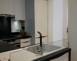 Cuisine TEISSEIRE - TEISSA Modèle Miami White poignée Diamant Noir Plan de Travail Noir Roche